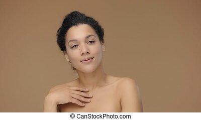 doucement, elle, femme, lent, jeune, touchers, africaine, poser, arrière-plan., 59.94fps., mouvement, femme, corps, 4k, noir, prêt, portrait, figure, studio, fingers., beauté, modèle, elle, américain, brun
