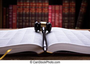 droit & loi, livre ouvert, maillet