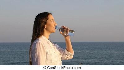 eau, boire, femme, plage, bouteille