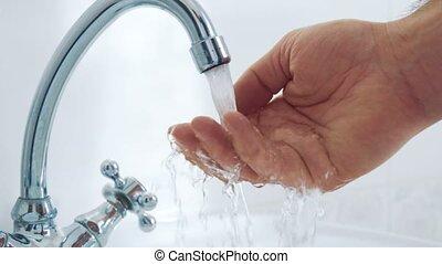 eau, lent, robinet, main., fluxs, mouvement