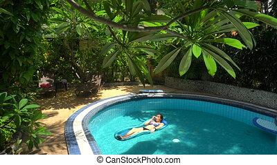 eau, mensonge, jour, femme, matelas, jeune, ensoleillé, piscine