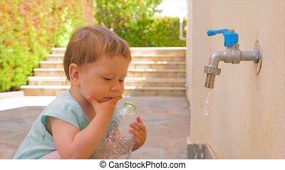 eau, peu, concept, tap., bouteille, écoulement, problèmes, plastique, jardin enfants, arrière-plan., problems., tenue, water., bébé, frais, girl, enfantqui commence à marcher, jouer, vide, gosse