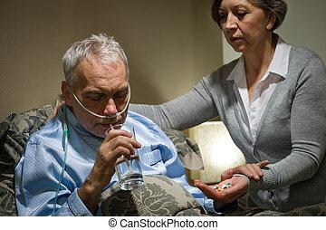 eau, prendre médicaments, homme aîné