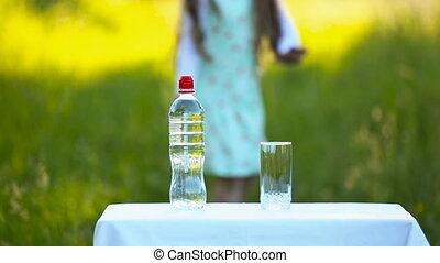 eau, versé, elle, bouteille