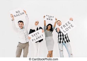 ecologists, racisme, bannières, égalité droits, fond, jeune, blanc, activists, volontaires, non, sur, économie, cris, la terre, isolé, multiethnical, quatre, debout, guerre