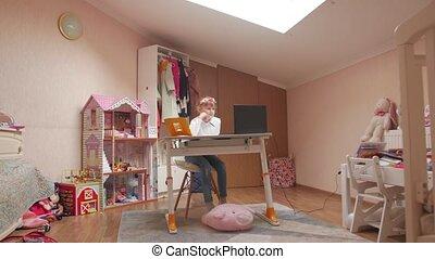 education, girl, peu, maison