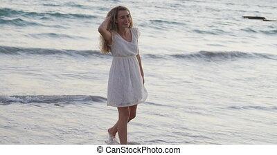 elle, apprécier, caucasien femme, bord mer, temps