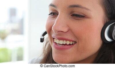elle, casque à écouteurs, femme affaires, pourparlers, sourires