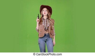 elle, cowgirl, écran, tient, revolver, vert, mains, villain., viser