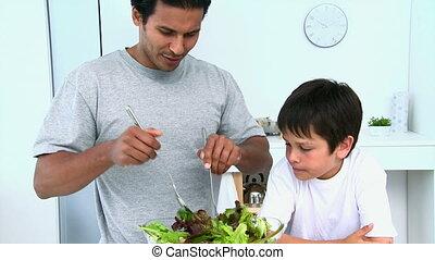 elle, cuisine, salade, homme, fils