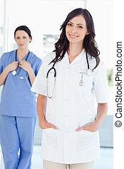 elle, debout, droit, collègue, quoique, infirmière, sourire, derrière