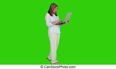 elle, debout, ordinateur portable, retiré, femme