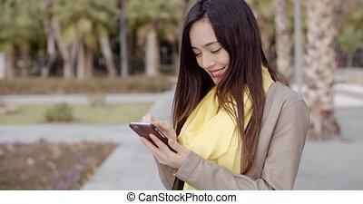 elle, femme, message, vérification, élégant, mobile