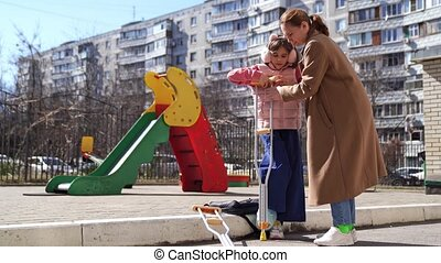 elle, fille, jambe, béquilles, aides, cassé, stand, maman, playground.