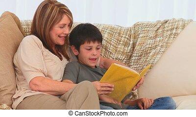 elle, grand-mère, petit-fils, livre lecture