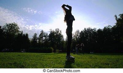 elle, gyro, jeune, cheveux, parc, traction, équitation, girl, herbe