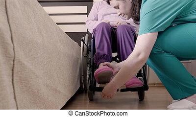 elle, infirmière, fauteuil roulant, handicapé, mettre, lit, portion, femme, aîné