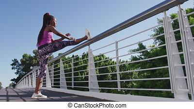 elle, jambe, balustrade, pont, femme américaine, africaine, ville, étirage