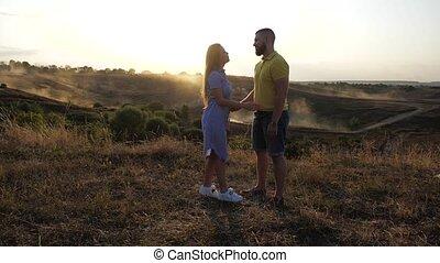 elle, lentement, étreint, girl, sun., clair, printemps, amants, approches, petit ami, mignon, romantique, beau, vue, amour, deux, field., him., baisers, couple, jour, lui, côté, gentil, sous