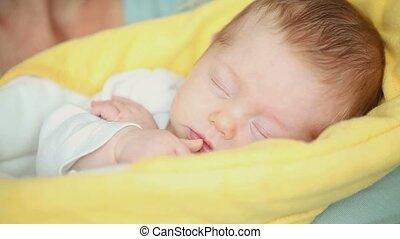 elle, mère, bébé, dormir, baisers