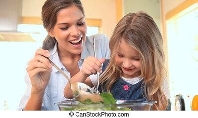 elle, mélange, petite fille, mère, salade