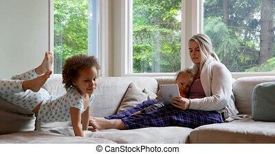 elle, numérique, enfants, mère, utilisation, tablette, 4k