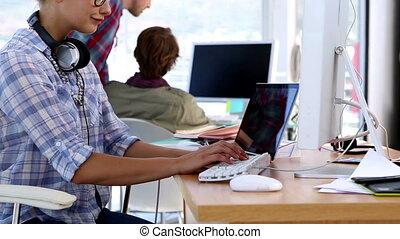 elle, ordinateur portable, fonctionnement, concepteur