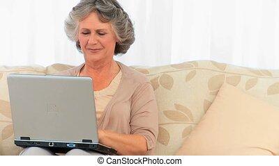 elle, ordinateur portable, fonctionnement, retiré, femme