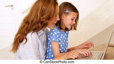 elle, ordinateur portable, petite fille, mère, utilisation