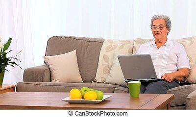 elle, ordinateur portable, regarder, femme âgée