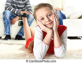 elle, plancher, parents, fond, portrait, fille souriante, mensonge
