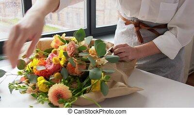emballage, maison, papier, femme, métier, fleurs