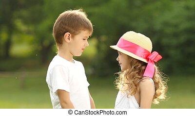 embarrassé, lent, mains, mouvement, girl, prise, smiles., enfants
