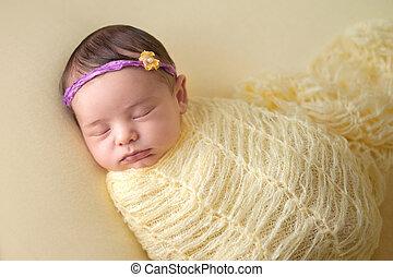 emmailloté, jaune, dormir, nouveau-né, girl