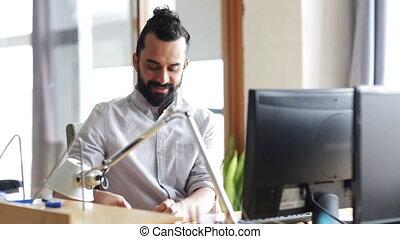 employé bureau, créatif, informatique, mâle, heureux