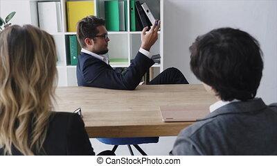 employés, table, conversation, homme affaires