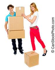 en mouvement, couple, boîtes, jeune, tenue