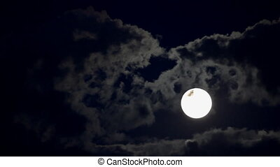 en mouvement, lune, nuages, entre