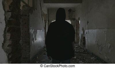 encapuchonné, marche, bâtiment, couloir, abandonnés, homme, par, jeune