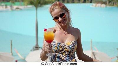enchanté, terrasse, femme, cocktail, hôtel