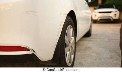 endommagé, accident, voiture, après, abîmer, regarder, vehicle., homme, inspecte