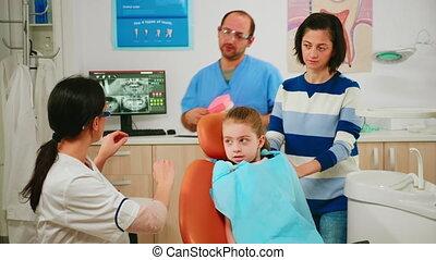 enfant, dentaire, projection, correct, hygiène, docteur, maquette, squelette, dents, utilisation