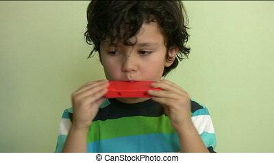 enfant, harmonica