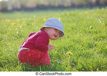 enfantqui commence à marcher, heureux
