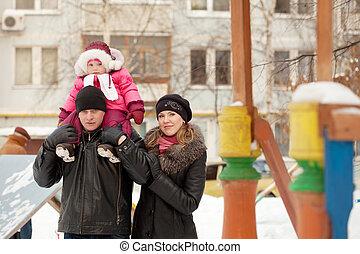enfantqui commence à marcher, parents, hiver