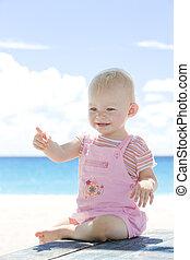 enfantqui commence à marcher, plage