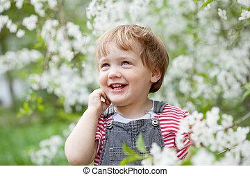 enfantqui commence à marcher, printemps, heureux