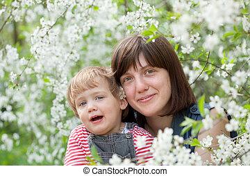 enfantqui commence à marcher, printemps, heureux, mère