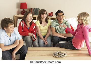 enfants, groupe, maison, bavarder