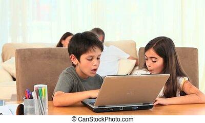 enfants jouer, ordinateur portable